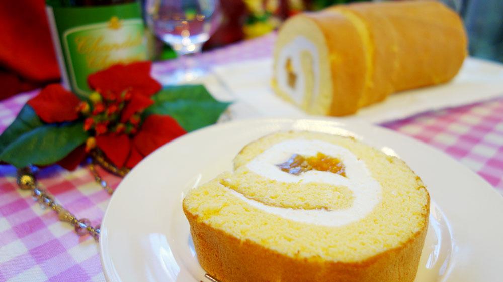 フルーツほおずきのジュレとわらびもちを皇室献上米粉のふわふわスポンジで包んだロールケーキ